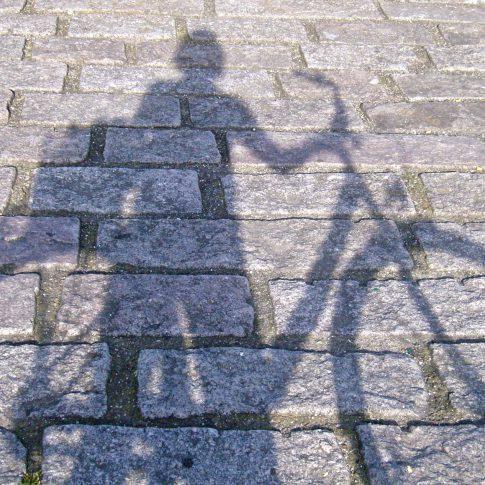 Schattenriss auf dem Straßenpflaster