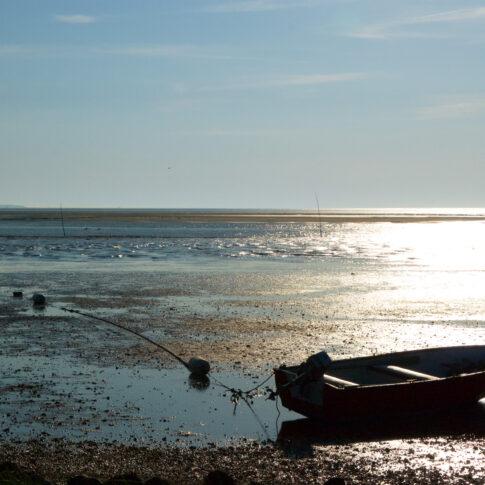 Es ist Niedrigwasser, die Verankerung des Bootes am Meeresgrund wird sichtbar