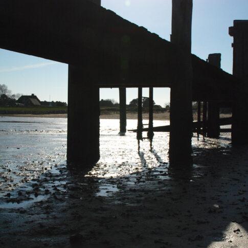 Nur bei Niedrigwasser kann man unter den Stegen im Hafen spazieren gehen