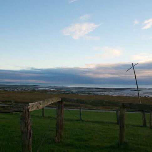 Mariella Knabe - Südwesthörn - Nordfriesland am Abend bei Niedrigwasser, der Mond ist bereits aufgegangen; in weiter Ferne Föhr und Sylt