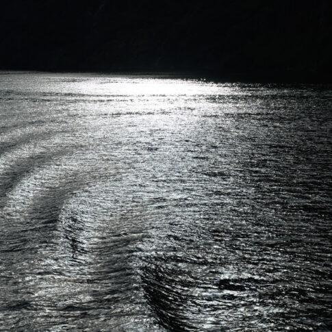 Der Nærøyfjord in Norwegen gehört zum UNESCO Weltnaturerbe und ist hier im abendlichen Gegenlicht zu sehen
