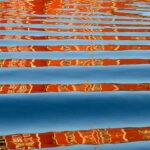 Diese ethnisch anmutenden Muster sind im Wasser der Nidelva im Hafen von Trondheim entstanden